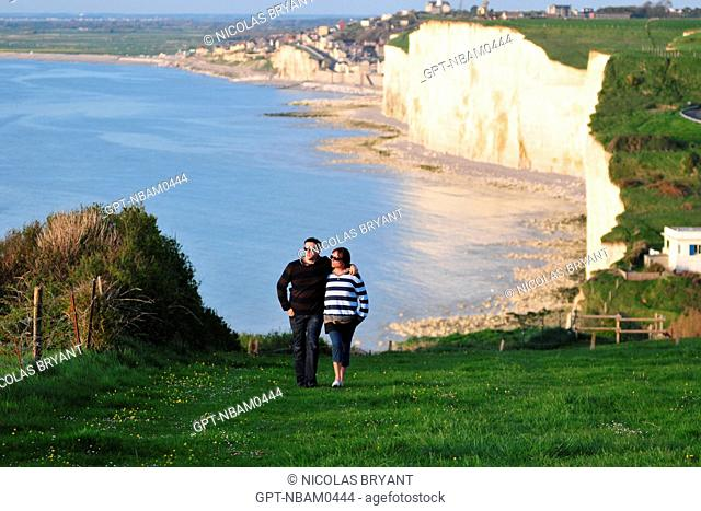 COUPLE WALKING ARM IN ARM ON THE SUMMIT OF THE CLIFFS, AULT, BAY OF SOMME, SOMME 80, FRANCE