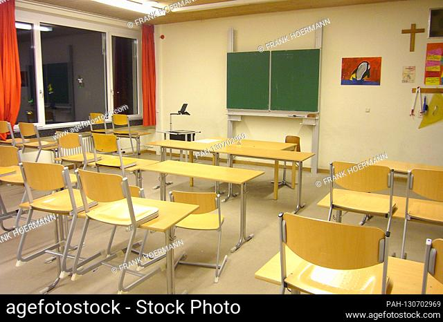More and more schools due to the spreading corona virus are closing. Archive photo; Empty classroom, abandoned, empty, orphaned, school, classroom, building