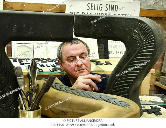 07 January 2019, Saxony-Anhalt, Salzatal, Ortsteil Höhnstedt: The sculptor Carsten Theumer works in his studio in Salzatal, OT Höhnstedt