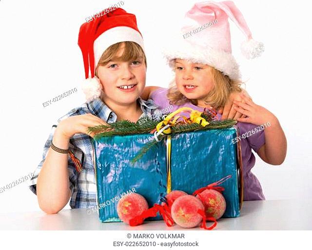 Fröhliche Kinder mit Weihnachtsgeschenk