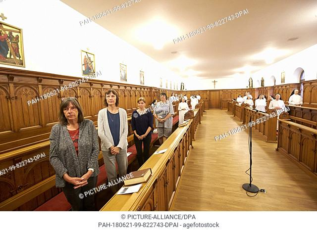 21 June 2018, Germany, Koblenz: Guests of the Arenberg monastery participate in the midday choir prayer at the chapel. The monastery with partly a high hotel...