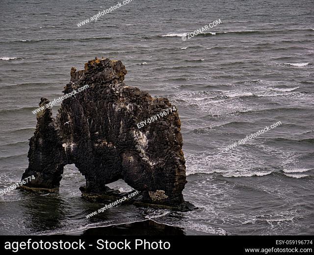 Der große alleinstehende Hvitserkur Basaltfelsen an der isländischen Küste