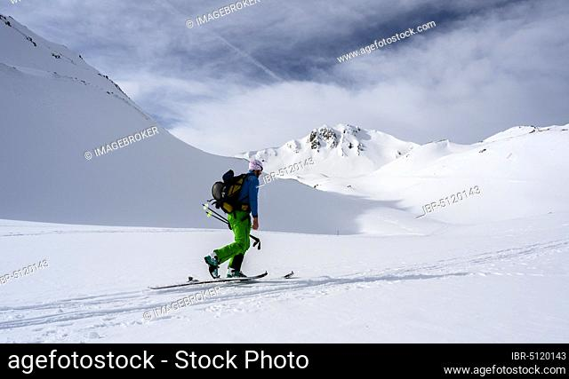 Ski tourers in the snow, Mölser Sonnenspitze, Wattentaler Lizum, Tuxer Alps, Tyrol, Austria, Europe