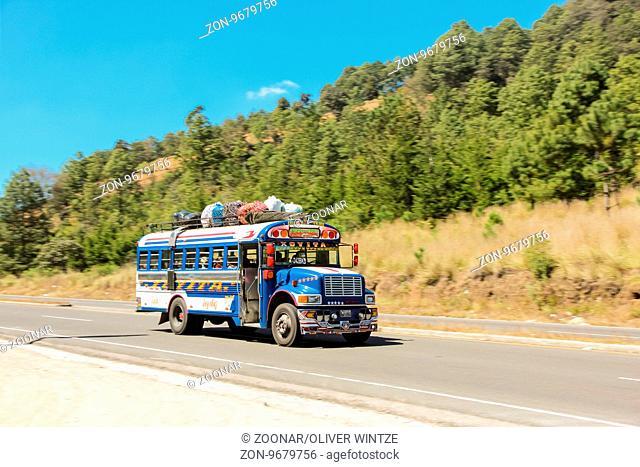 Typischer guatemaltekischer Bus auf einer Landstraße / Typical guatemalan bus on a country road