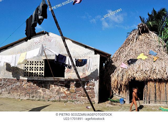 San Blás Panama: kid and houses in Playon Chico, village of Kuna Yala