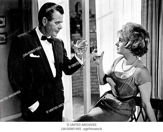 VATER IST NICHT VERHEIRATET- Hoch die Tassen: Der kleine Eddie hat die Nachbarin Elisabeth Marten (SHIRLEY JONES) als neue Frau für seinen Vater Tom Corbett...