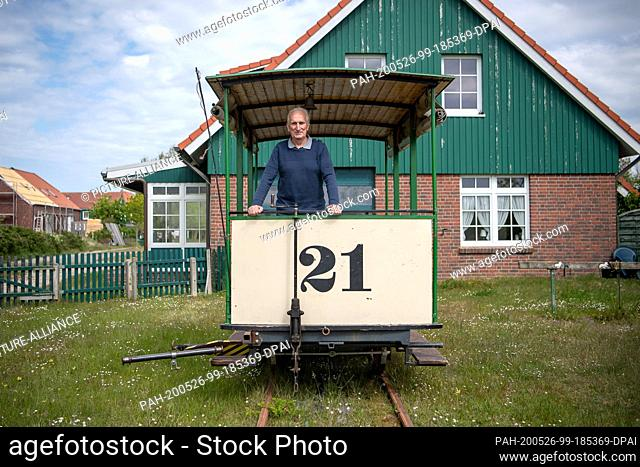 16 May 2020, Lower Saxony, Spiekeroog: Dieter Mader, chairman of the Spiekeroog Island Museum, is standing on the carriage