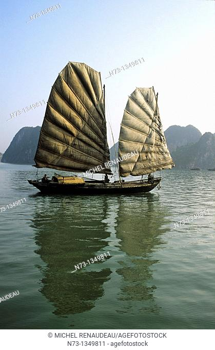 Vietnam, Halong Bay, listed as World Heritage by UNESCO, jonque traditionnelle