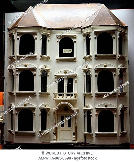 English, Edwardian era dolls house, typical of a middle class home 1910