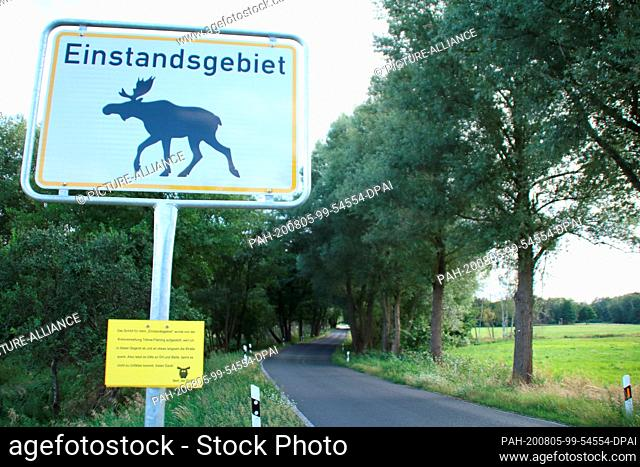 04 August 2020, Brandenburg, Teltow: On a road near Dobbirkow there is a sign to warn moose. Because the up to two-meter-high animals with their powerful...