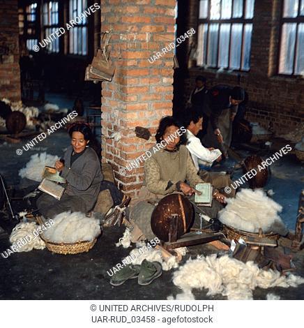 Besuch der Teppichknüpfer von Patan im Kathmandu-Tal, Nepal 1970er Jahre. Visitation of the carpet weavers of Patan in Katmandu Valley, Nepal 1970s