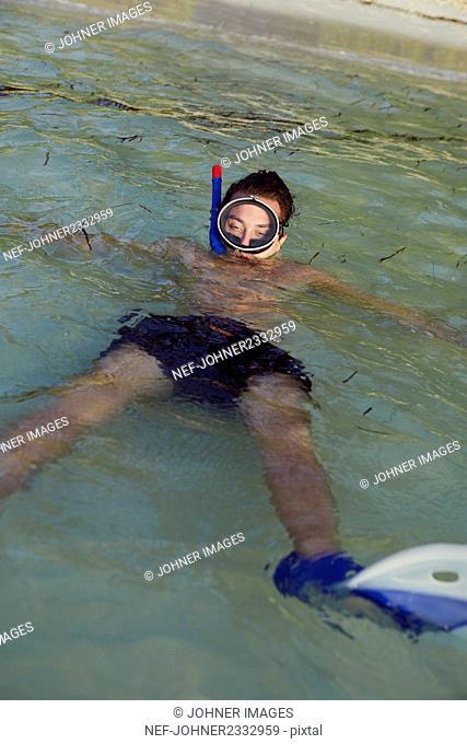 Man in beach wearing scuba mask