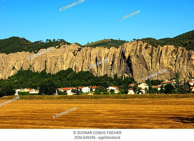 Ort Les Méees mit Felsformation Pénitents, Les Mées, Provence, Frankreich / Town of Les Méeesd with thePénitents rock formation, Les Mées, Provence, France