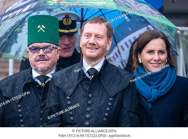 15 December 2019, Saxony, Marienberg: Saxony's Prime Minister Michael Kretschmner (M, CDU) and his partner Annett Hofmann visit the Marienberg Mountain Parade
