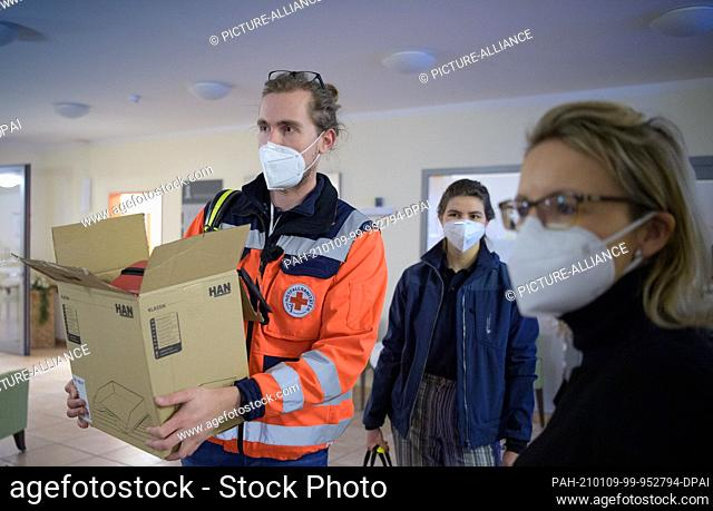 08 January 2021, Brandenburg, Großbeeren: Ailine Lehmann (r), Head of the Department for Generational Work and Care at the German Red Cross (DRK)