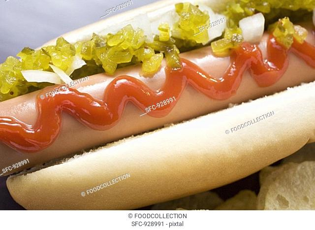 Hot dog with relish, ketchup, onions and crisps