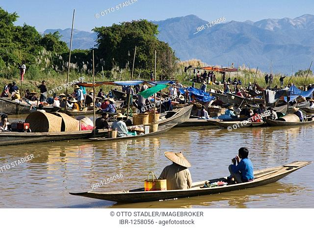 Boats at the floating market, stilt village Ywama, Inle Lake, Shan State, Burma, Myanmar, Asia