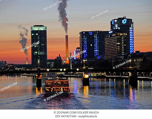 schiff, Frankfurt, abends, abend, hochhaus, main, hochhäuser, city, abendstimmung, stadt, heizkraftwerk, schornstein, schornsteine, rauch, großstadt, skyline