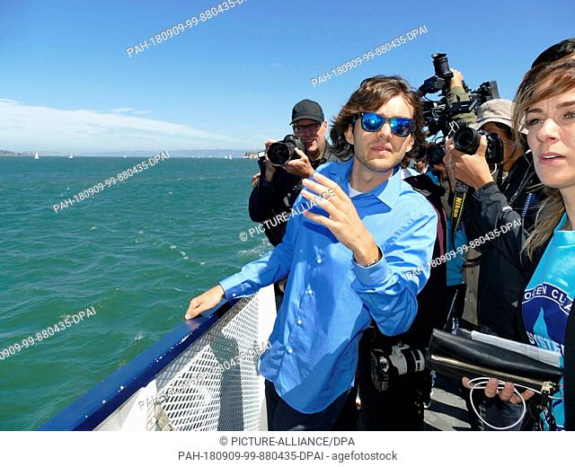 """08.09.2018,USA, San Francisco: The Dutchman Boyan Slat (l), founder of the """"""""Ocean Cleanup"""""""" initiative, is on the press boat"""
