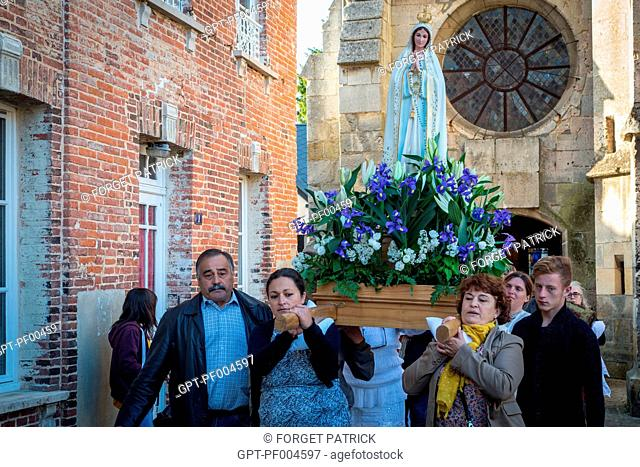 PROCESSION IN THE STREETS BY THE PORTUGUESE COMMUNITY IN FRONT OF THE SAINT-GERMAIN CHURCH IN HONOR OF THE APPEARANCES OF THE VIRGIN BEFORE FATIMA, RUGLES (27)