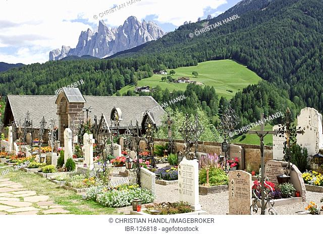 Graveyard of the church St Peter and Paul behind the Geisler mountain range, Sankt Peter or San Pietro, Villnößtal, South Tyrol, Italy