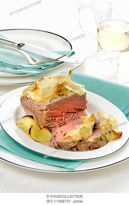 Oven-baked tuna fish with a potato crust