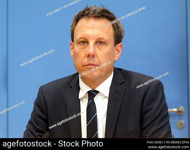 11 June 2020, Berlin: Thomas Losse-Müller from the management consultancy EY, together with the Federal Minister for the Environment