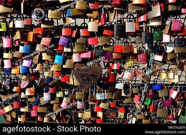 Liebesschlösser auf der Hohenzollernbrücke, Köln, Nordrhein-Westfalen, Deutschland