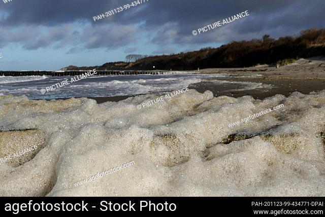 23 November 2020, Mecklenburg-Western Pomerania, Wustrow: Strong winds have been blowing foam on the Fischland peninsula