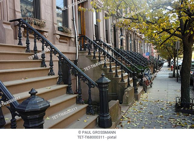 USA, New York State, New York City, Empty sidewalk along apartment buildings