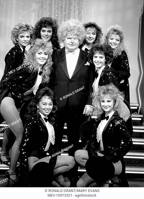 THE BENNY HILL SHOW [BR TV SERIES 1969 -1989] BENNY HILL [centre]