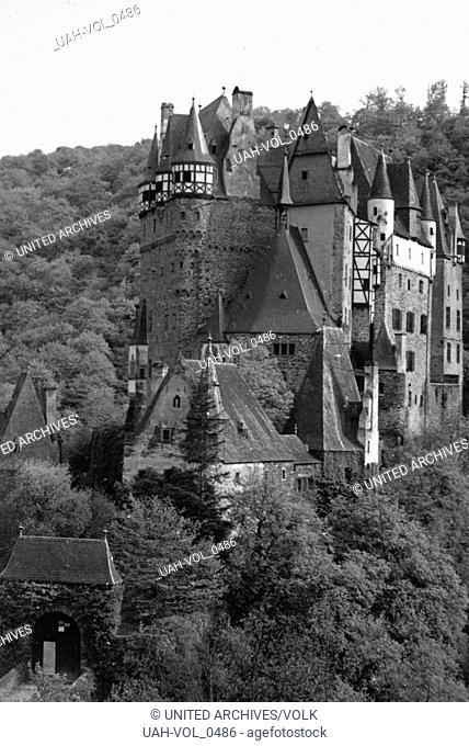 Blick auf die Burg Eltz in der Vordereifel, Deutschland 1930er Jahre. View to Burg Eltz castle at the Eifel region, Germany 1930s