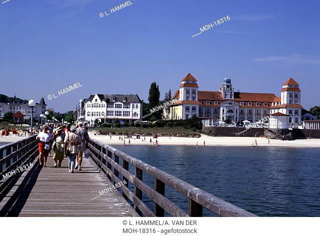 Binz/Rügen/Blick von der Seebrücke auf Strand und Kurhaus