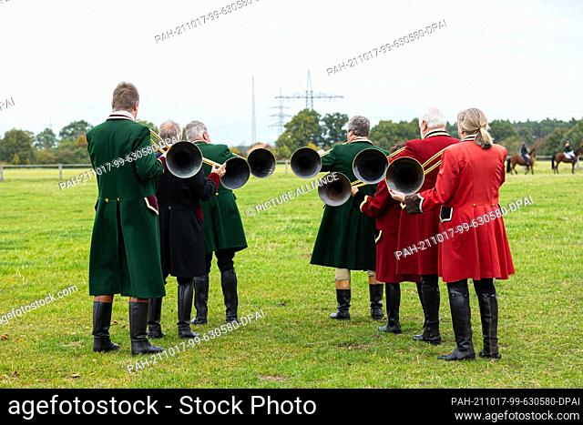 """17 October 2021, Lower Saxony, Wedemark: The hunting horn players """"""""Rally Trompes de la Bruyère"""""""" before the start of the hunt at the starting point of the hunt"""