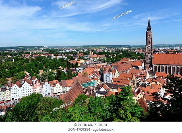 Blick auf die Basilika St. Martin in Landshut, deren Kirchturm mit 130, 6 m Höhe als höchster Backsteinturm der Welt gilt; die Bauzeit lag bei 55 Jahren / View...