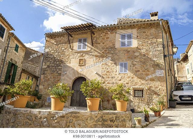 Cas Sabater Coix, casa típica del siglo XVI con escudo religioso en el dintel de la puerta, Valldemossa, Mallorca, balearic islands, Spain
