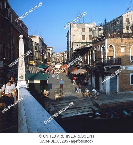 Buntes Treiben in den Straßen und Gassen von Venedig, Italien 1980er Jahre. Colourful activity in the streets and alleys of lagoon city Venice, Italy 1980s