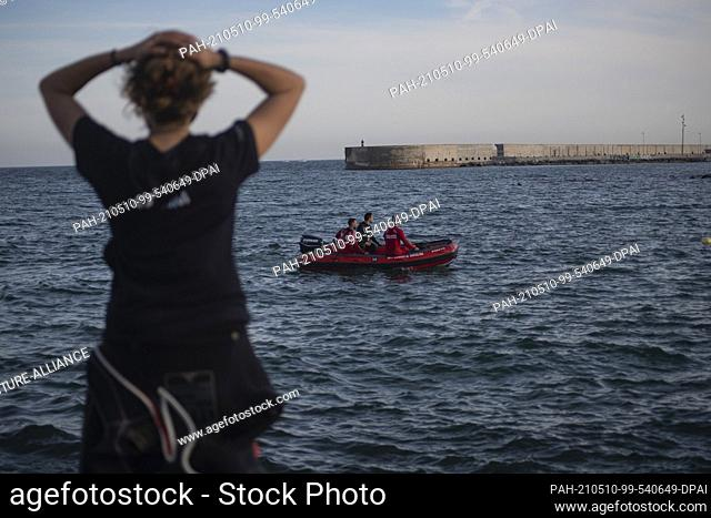 08 May 2021, Spain, Barcelona: Staff from the Marine Animal Rescue Centre and the Barcelona Fire Brigade are trying to locate a grey whale that has approached...