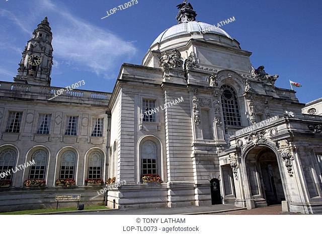 Wales, Cardiff, City Hall, The entrance to Cardiff City Hall. Built in the English Renaissance style, City Hall was opened in 1906