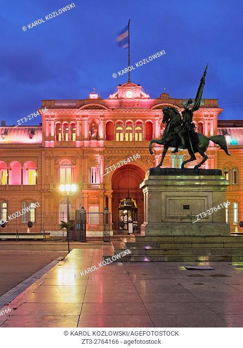 Argentina, Buenos Aires, Twilight view of the Casa Rosada on Plaza de Mayo