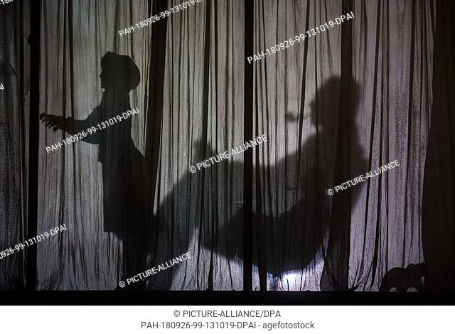 """25 September 2018, Baden-W ttemberg, Mannheim: The shadows of two actors can be seen on the stage on the curtain of the """"""""Kanzlerbungalow"""""""""""