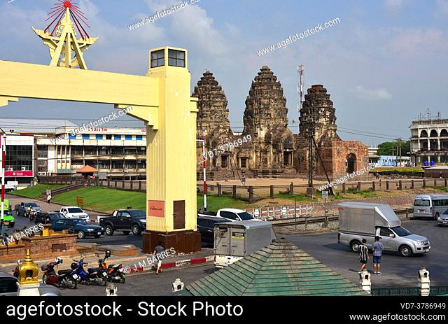 Lopburi city, arch and Prang Sam Yot a Kmer temple (13th century). Thailand