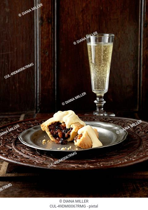 Plate of mince pie with cream