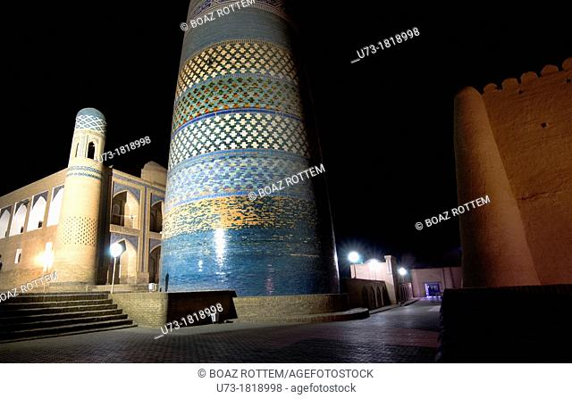 The Kalta Minor minaret and the Mohammed Amin Khan medressa at night