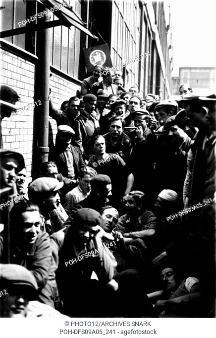 During the strike, workers listening to music in the factories , 1936 Many workers are going on strike since the rise to power of the Popular Front in France