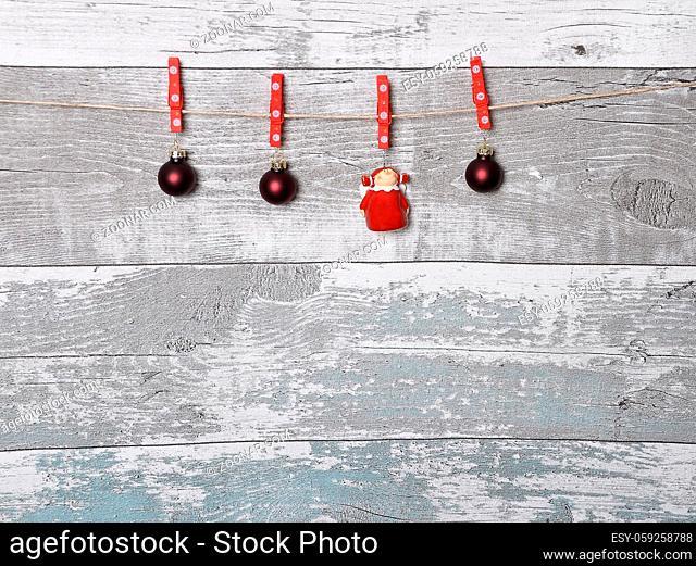 Verwitterte Holzwand mit Weihnachtsbaumschmuck - Weathered screen of boards with Christmas decoration