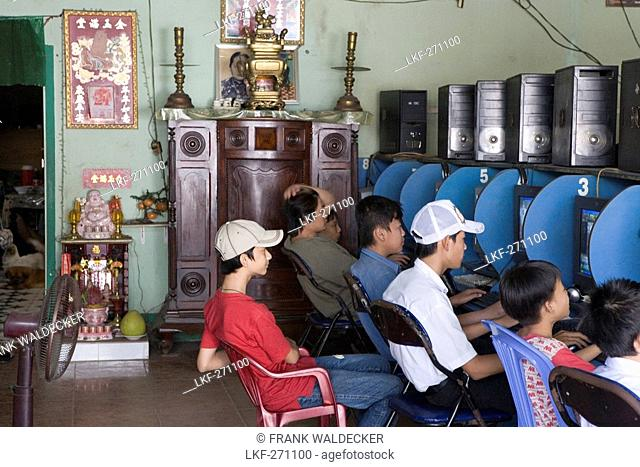 Vietnamese boys at an internet cafe at Can Tho, Mekong Delta, Can Tho Province, Vietnam, Asia