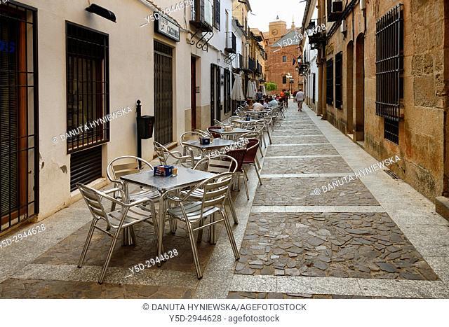 Calle Cervantes, in background Plaza Mayor and Iglesia de San Andrés, Villanueva de los Infantes, Ruta de Don Quijote, Ciudad Real, Castile-La Mancha, Spain