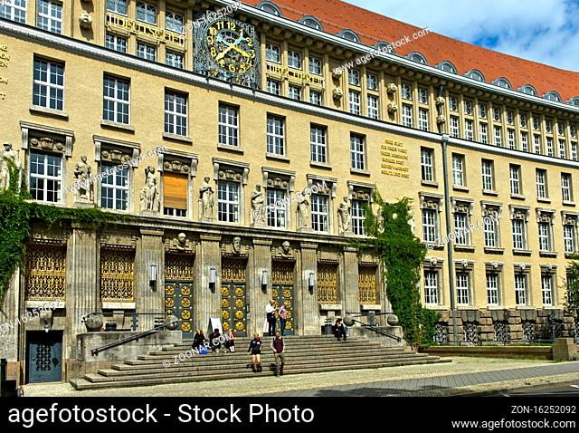 Eingangsportal zum Gründungsbau der Deutschen Bücherei von 1914, heute Deutsche Nationalbibliothek, Leipzig, Sachsen, Deutschland / Entrance portal to the...