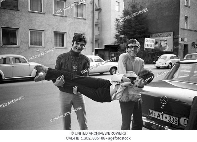 Die beiden deutschen Sänger Oliver Freyag und Fotograf Heinz Browers auf der Straße in München, Deutschland 1960er Jahre